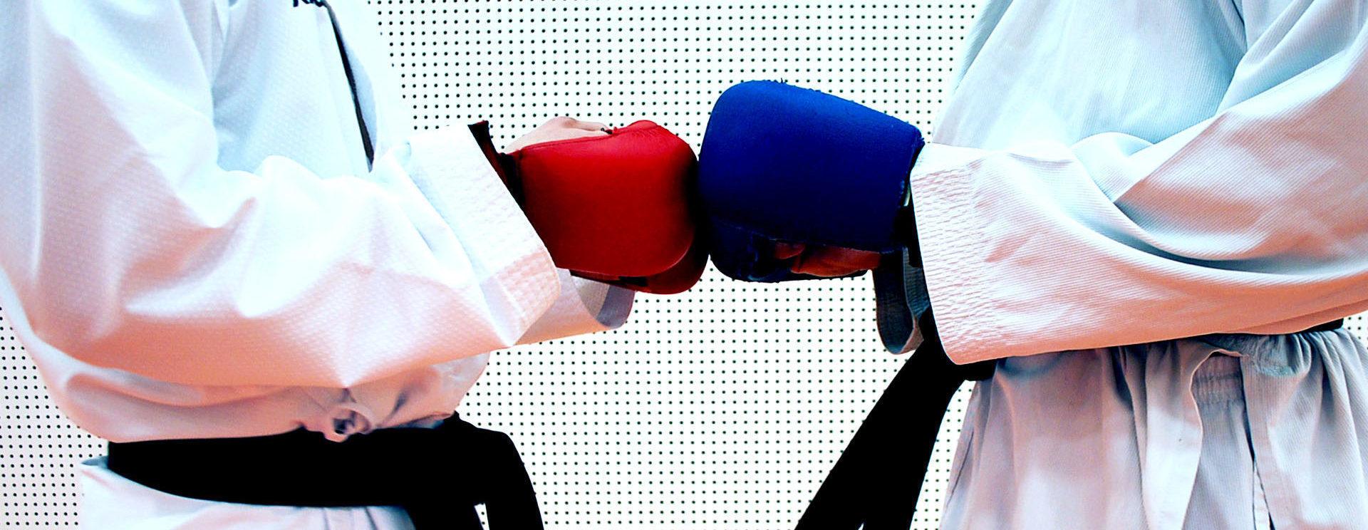 Zwei Karatekas von Dojo Winti grüssen sich vor dem Kampf