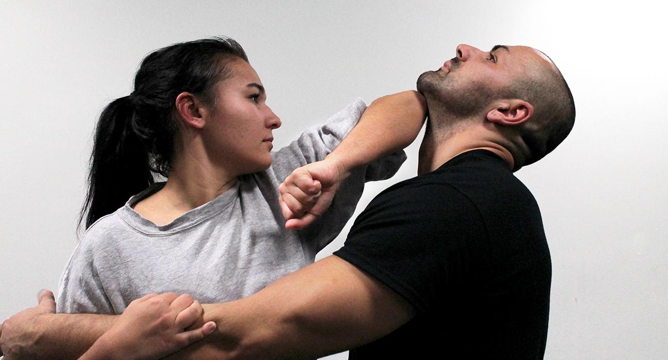 Frau verteidigt sich mit Krav Maga gegen Mann bei Dojo Winti