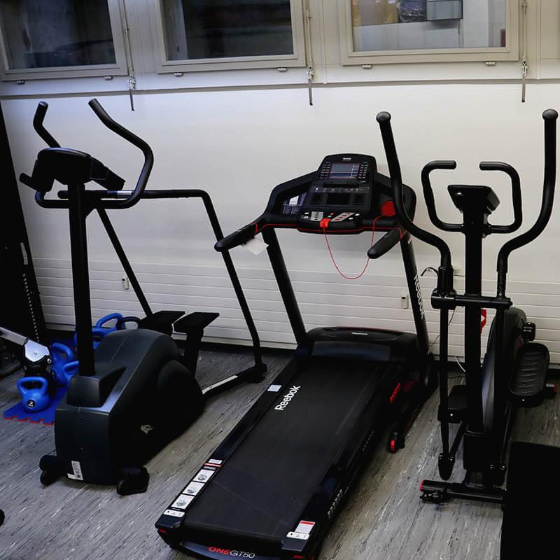 Ausdauergeräte im Fitnessraum von Dojo Winti